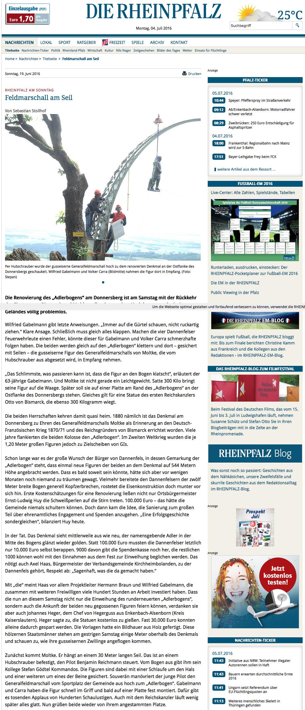 Per Hubschrauber wurde der gusseiserne Generalfeldmarschall hoch zu dem renovierten Denkmal an der Ostflanke des Donnersbergs geschaukelt. Wilfried Gabelmann und Volker Carra (Bildmitte) nahmen die Figur dort in Empfang. (Foto: Stepan)
