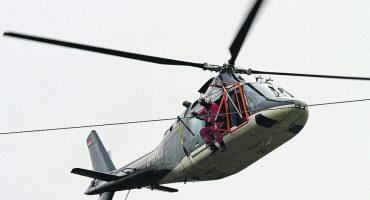 Geht nur schwindelfrei: In ca. 20 Metern Höhe verrichtet der Monteur seine Arbeit (Foto: 50Hertz)